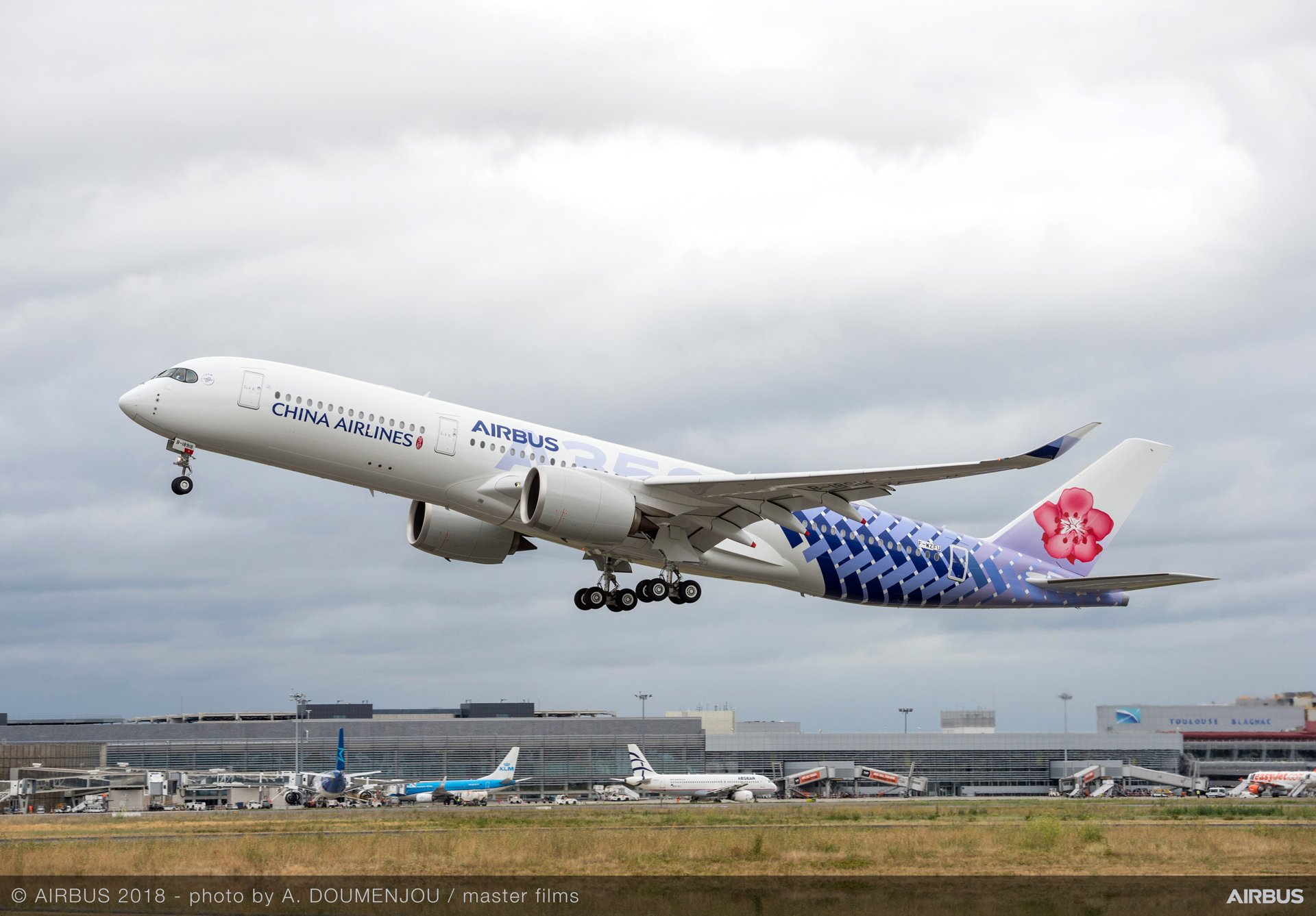 What Is A Livery Vehicle >> Airbus and China Airlines present A350-900 with special joint livery | AVIATIONNEWS.EU